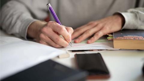 Ein Studierender sitzt in einem Café und schreibt.