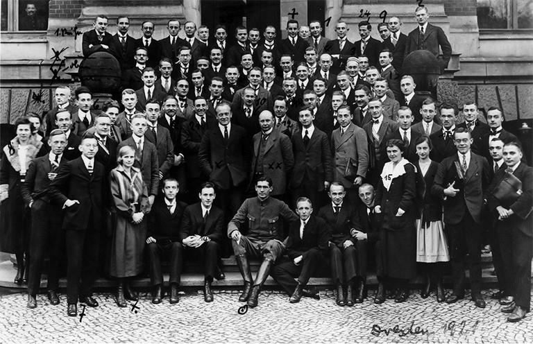 Schwarz-Weiß Fotografie zeigt große Gruppe von Studierenden des Wirtschaftsselbsthilfevereins, Vorgänger des DSW